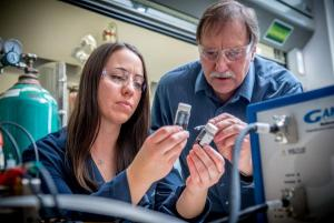 Alia Lubers and Alan Weimer compare carbon inks to use in a hydrogen fuel cell.